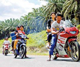 部份沙巴居民乘電單車逃離家園避戰火。(資料圖片)